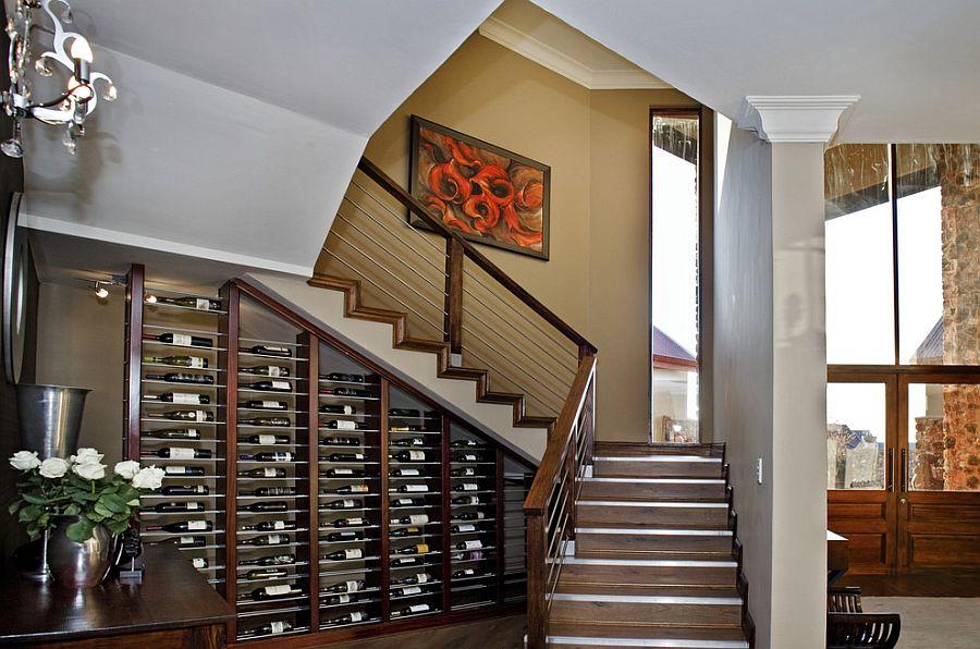 Winiarnia pod schodami